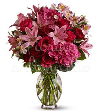 bouquet-di-rose-rosse-gigli-rosa-e-fiorellini-rosa